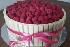 Witte-kitkat-taart-met-frambozen-en-witte-chocolade